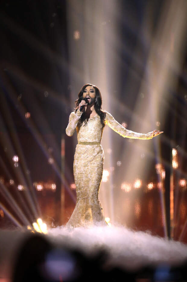 """Полный восторг: самые красивые платья за всю историю """"Евровидения"""""""
