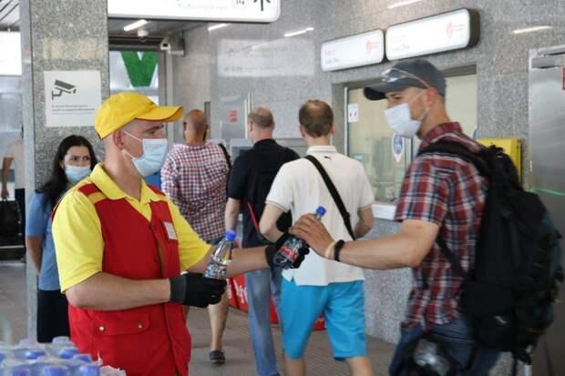 В метро и на станциях МЦК в ЮВАО начали раздавать питьевую воду