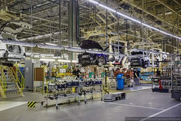 Машины по конвейеру идут вперемешку, разных цветов и комплектаций, под каждого заказчика. Раньше же выпускались небольшими партиями одной модели. nissan, авто, автозавод, автомобили, завод, производство, сборка, цех