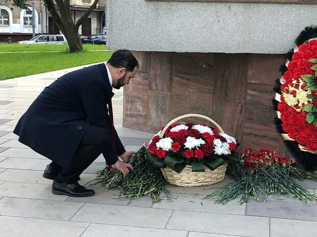 Ректор РХТУ почтил память героев ВОВ у памятника Маршалу Бирюзову
