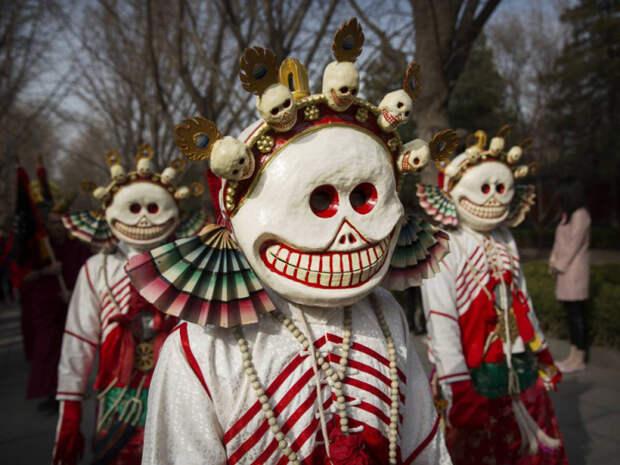 На фестивале Гуй Да монахи надевают маски демонов.