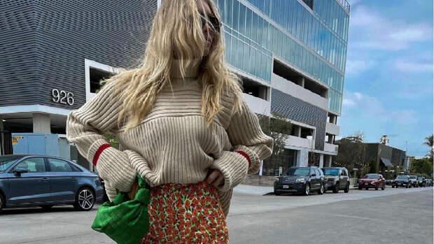 Во-первых, это красиво: Эльза Хоск в джинсах с принтом в виде маленьких роз