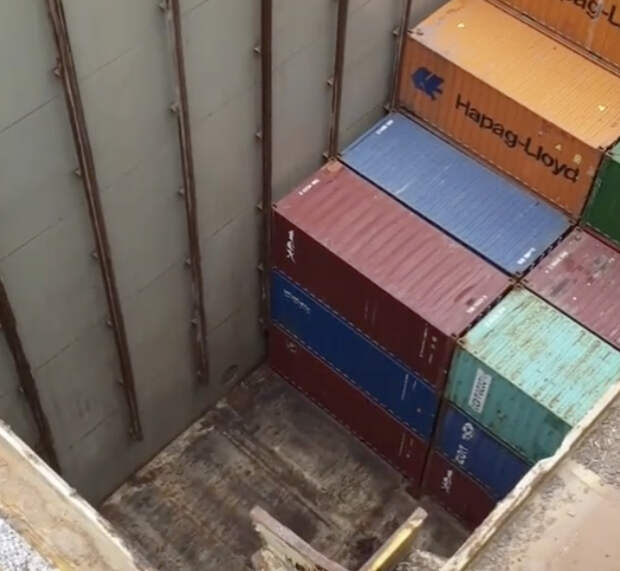 Моряк показал реальную глубину трюма контейнеровоза, внутри может поместиться девятиэтажный дом
