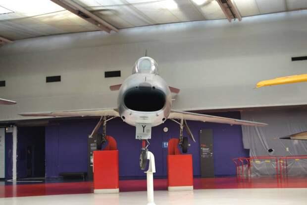 Еще один похожий кадр. Как видим, фюзеляж «Супер Мистера» уже не круглого сечения, как на его предшественниках, а ближе к той форме, что имел Норт Америкен F-100 «Супер Сейбр». Правило площадей в его конструкции еще учтено не было