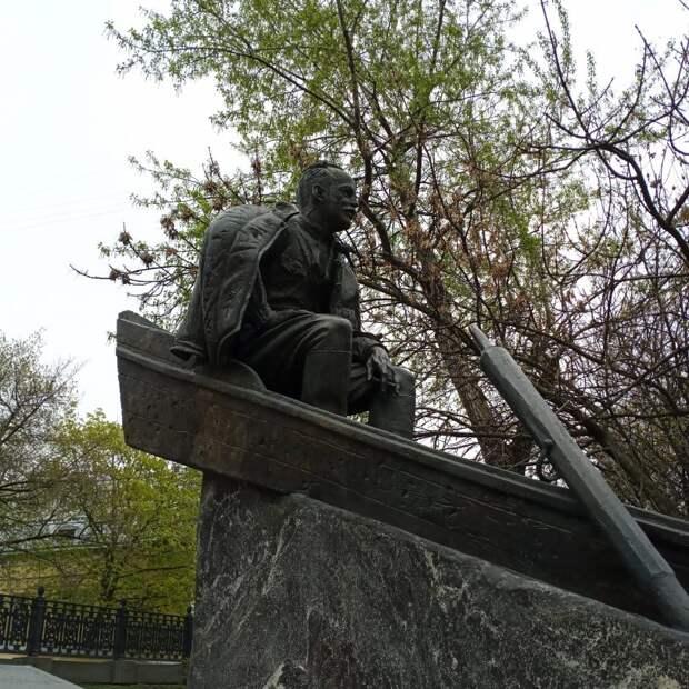 Противоречивый памятник писателю.