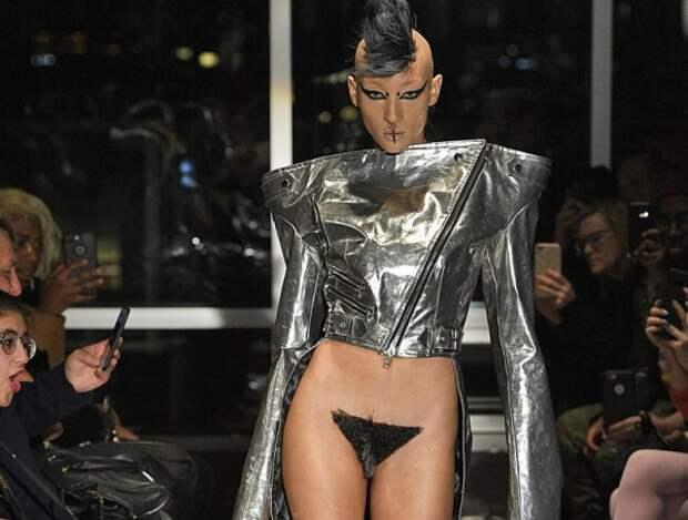 В Нью-Йорке модели прикрыли интимное место меховым париком (ФОТО)