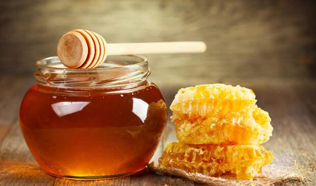 Кожа станет чище Мед является природным антиоксидантом, то есть он способствует избавлению организма от лишних токсинов. Благодаря антибактериальным свойствам мед может сделать вашу кожу чище, чем она когда-либо была.