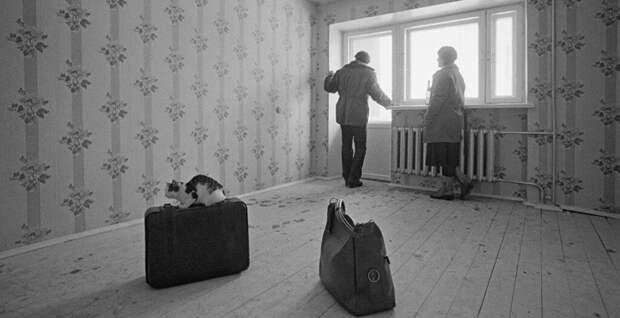 В нашей квартире не было обоев, только крашеные голубой краской стены, а под потолком маленькие белые кораблики. После однокомнатной квартиры мне все казалось просто шикарным!