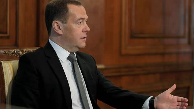 Медведев рассказал о плюсах четырехдневной рабочей недели