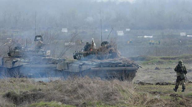 Бронетехнику условного врага уничтожили танкисты в Ростовской области