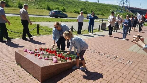 Ветераны и жители Подольска возложили цветы к памятнику летчику Талалихину