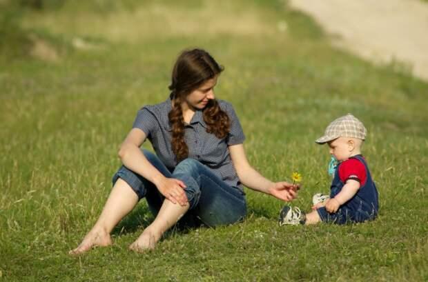 Почему женщинам приходится не только растить детей в одиночку, но и создавать позитивный образ отца