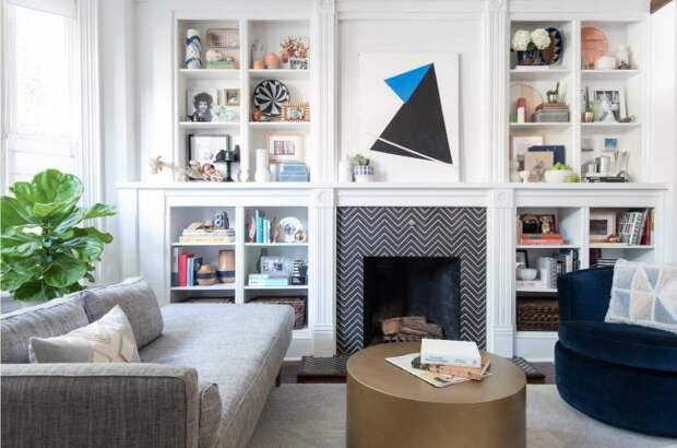 Просторная гостиная со скандинавскими мотивами в интерьере и элементами графического оформления камина