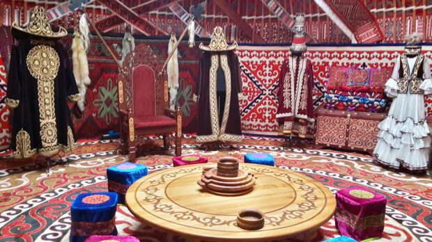 Интерьер традиционной казахской юрты. | Фото: commons.wikimedia.org.