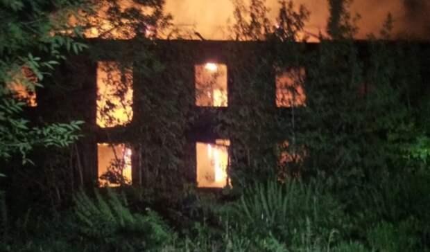 Двухэтажное неэксплуатируемое здание в200 квадратных метров горело вЕкатеринбурге