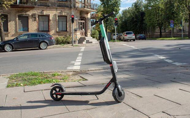 Батюшка на электросамокате мчался по дороге, нарушая ПДД