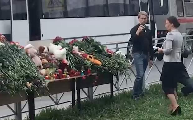 Омбудсмен Анна Кузнецова возложила цветы к мемориалу погибшим в школе Казани, где произошла стрельба