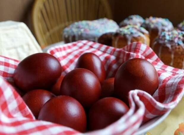 Красный цвет пасхальных яиц наиболее чато встречается еще с давних времен
