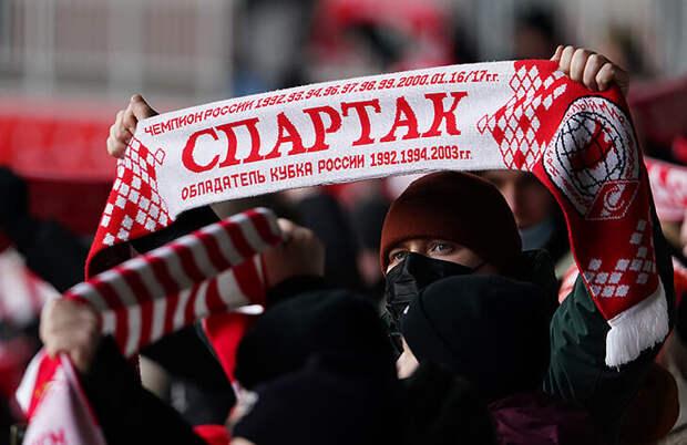 «Сказала, что болею за «Спартак» – и в меня полетел стакан». Как живут болельщики красно-белых в Петербурге?