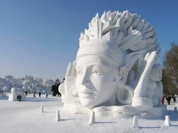 Голова девушки из снега