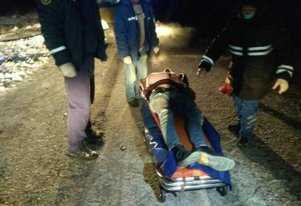 Под Белогорском водителя зажало в машине после столкновения с деревом
