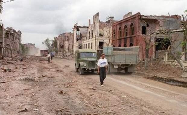 На фото: вид на разрушенный город  Грозный, 1996 год.