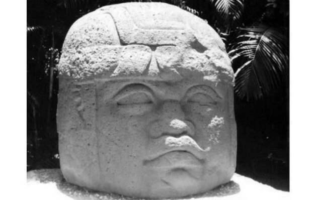 Ольмекская каменная голова № 10 из Ла-Венты. Установлена в Вильяэрмосе