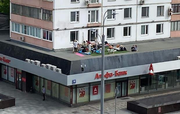 Москвичи поплатились за пикник на крыше банка в разгар самоизоляции (видео)