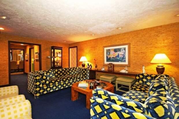 Гостиная комната оформлена в стиле 70-х годов прошлого века (ретро-дом в Фрамингеме, США). | Фото: nypost.com.