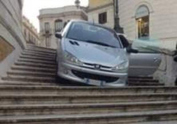 Мужчина съехал по Испанской лестнице на автомобиле