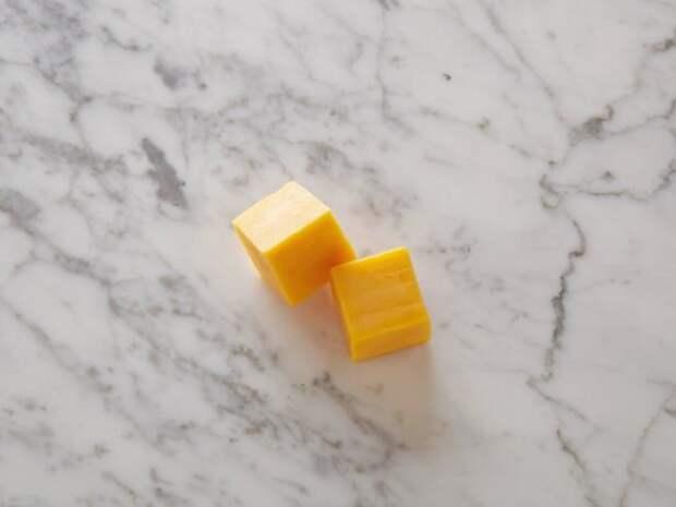 Сыр чеддер с низким содержанием жира Два 28-граммовых кубика = 100 калорий    еда, калории