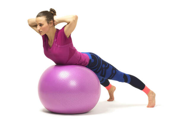 Упражнения с мячом вы сможете легко выполнять в домашних условиях