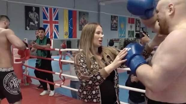 Беременная жена Дацика выбежала на ринг и остановила его бой