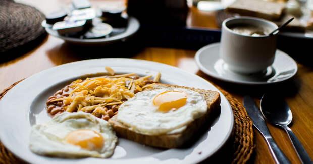 Завтрак: яичница, хлеб, фасоль, сыр и кофе