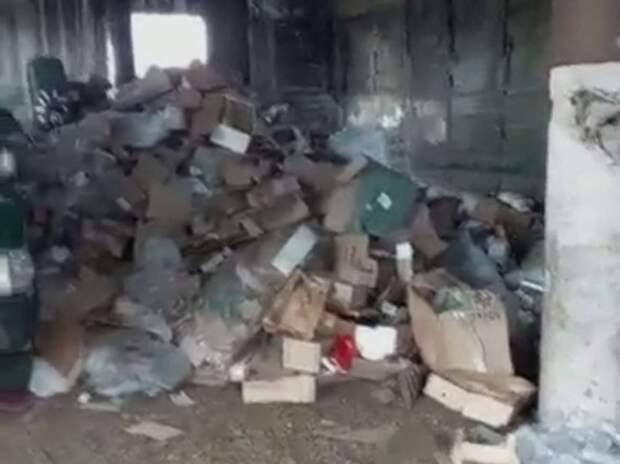 Здание в забайкальском Сретенске завалили мусором