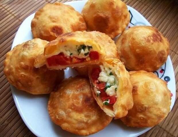 Быстрые жареные пирожки с помидорами и сыром