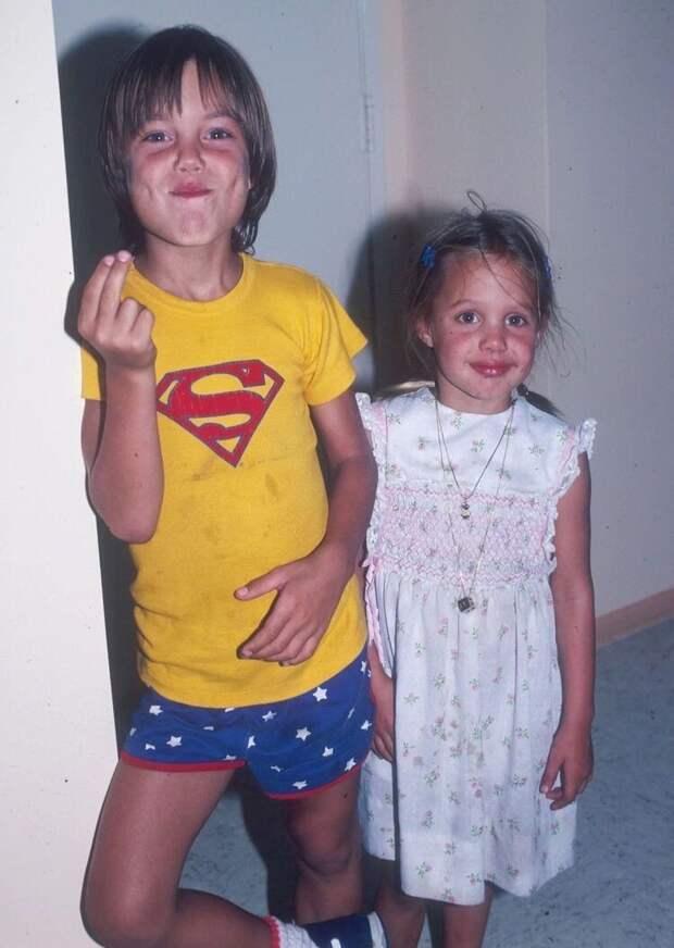 Анджелина Джоли и ее брат Джеймс, 1980 год