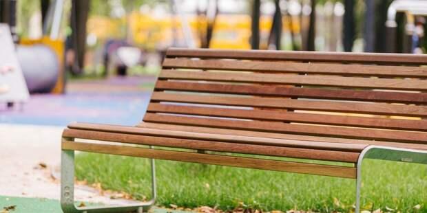 На детской площадке на Самаркандском бульваре родителям теперь есть, где отдохнуть