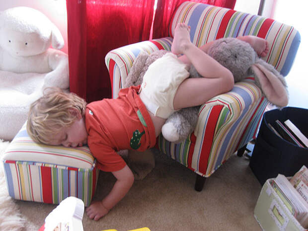 funny-kids-sleeping-anywhere-14-57a987fedf2a6__605