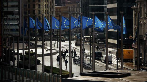 Флаги Евросоюза у здания Европейской комиссии в Брюсселе - РИА Новости, 1920, 20.07.2021
