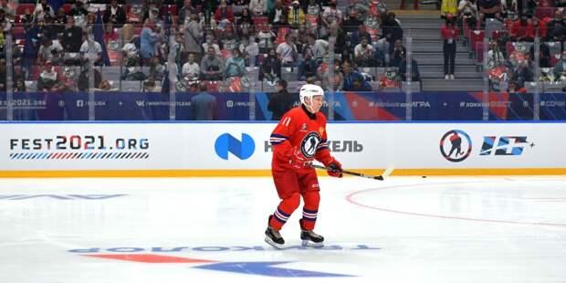 Путин подписал клюшку для юного болельщика после матча НХЛ
