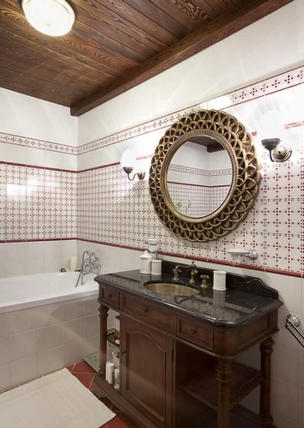 ванная комната с деревянным потолком