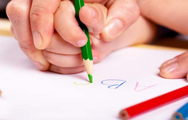 Мозг детей развивается от письма рукой, чем от работы с клавиатурой
