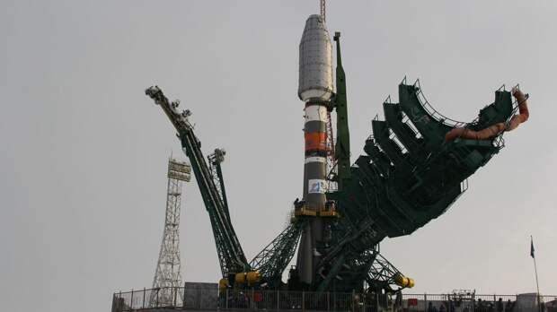 """Специалисты готовят ракету """"Союз-2.1б"""" к запуску со спутниками OneWeb"""