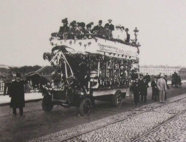 Рекламный проезд автобуса Южно-Германского автомобильного общества на Троицком мосту, начало XX века