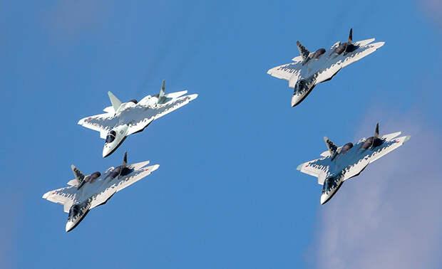 На фото: истребители Су-57 во время подготовки к открытию Международного авиационно-космического салона МАКС-2019 в Жуковском.