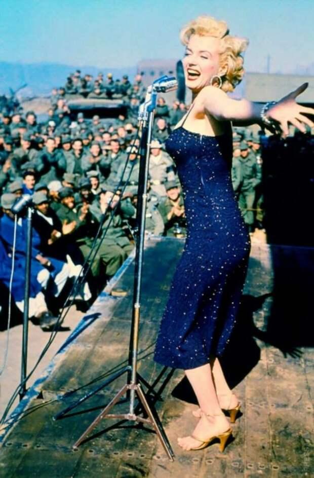 Мэрилин Монро во время тура по Корее в 1954 году
