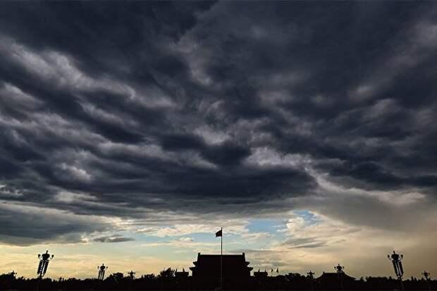 Небо над площадью Тяньаньмэнь в Пекине
