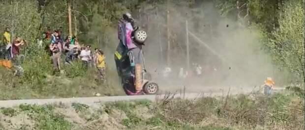 Автомобиль гонщика из Карелии едва не врезался в зрителей во время ралли