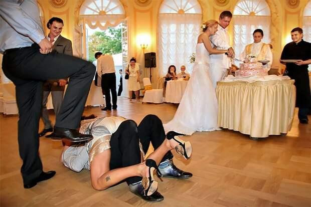 """Стыдно приглашать семью мужа куда-то из-за их поведения. Но муж обижается: """"Это же мои родители"""""""